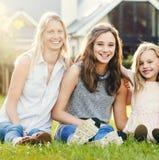 Έννοια ενότητας χαμόγελου κορών οικογενειακών μητέρων υπαίθρια Στοκ φωτογραφία με δικαίωμα ελεύθερης χρήσης