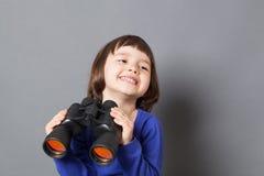 Έννοια εξερεύνησης παιδιών για το συγκινημένο τεσσάρων ετών παλαιό παιδί Στοκ Φωτογραφία