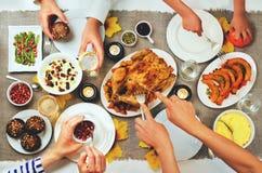 Έννοια εορτασμού κύριων πιάτων ημέρας των ευχαριστιών φθινοπώρου οικογενειακή στοκ φωτογραφία