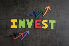 Έννοια επένδυσης χρηματιστηρίου ή προτερημάτων, βέλη που δείχνει επάνω όπως στοκ φωτογραφίες με δικαίωμα ελεύθερης χρήσης