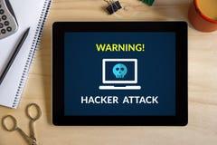 Έννοια επίθεσης χάκερ στην οθόνη ταμπλετών με τα αντικείμενα γραφείων Στοκ εικόνες με δικαίωμα ελεύθερης χρήσης