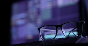 Έννοια επίθεσης Cyber γυαλιά στο πληκτρολόγιο, στο υπόβαθρο του οργάνου ελέγχου απόθεμα βίντεο