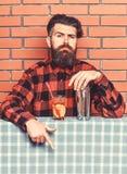 Έννοια επιλογών φραγμών Άτομο στο ελεγμένο πουκάμισο κοντά στο δονητή και το κοκτέιλ, υπόβαθρο τουβλότοιχος Bartender συστήνει να στοκ εικόνες