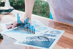 Έννοια επιτυχίας στατιστικών επιχειρήσεων: προσροφητικός άνθρακας analytics επιχειρηματιών Στοκ φωτογραφία με δικαίωμα ελεύθερης χρήσης