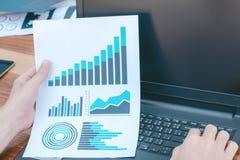 Έννοια επιτυχίας στατιστικών επιχειρήσεων: σημάδι analytics επιχειρηματιών Στοκ Φωτογραφίες