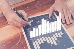 Έννοια επιτυχίας στατιστικών επιχειρήσεων: το analytics επιχειρηματιών χαλά Στοκ Φωτογραφίες