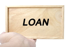 Έννοια επιχειρήσεων και διαφήμισης χέρι που κρατά το σαφές ξύλο με το δάνειο λέξης Στοκ Φωτογραφίες