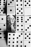 Έννοια επιχειρήσεων και χρηματοδότησης - ντόμινο και αμερικανικό δολάριο Στοκ Εικόνες