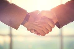Έννοια επιχειρηματιών άτομα χεριών που τινάζουν δύο Στοκ Εικόνες