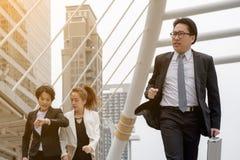 Έννοια επιχειρησιακής επιτυχίας: ο επιχειρηματίας τρέχει τη γρήγορη μετακίνηση Στοκ Εικόνα