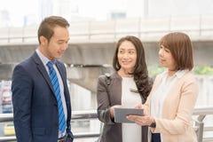 Έννοια επιχειρησιακής επιτυχίας: συνάντηση επιχειρηματιών που λειτουργεί teamw Στοκ Φωτογραφία