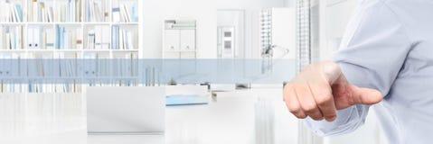 Έννοια επιχειρησιακής εργασίας γραφείων, κενά εικονίδια οθόνης αφής χεριών, Ιστός Στοκ φωτογραφία με δικαίωμα ελεύθερης χρήσης