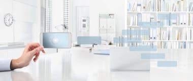 Έννοια επιχειρησιακής εργασίας γραφείων, χέρι με το έξυπνο τηλέφωνο και εικονίδια, W Στοκ Εικόνα