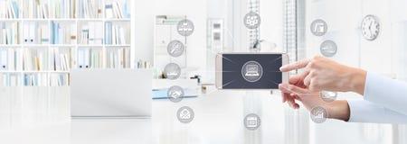 Έννοια επιχειρησιακής εργασίας γραφείων, χέρι με το έξυπνο τηλέφωνο και εικονίδια, W Στοκ Εικόνες