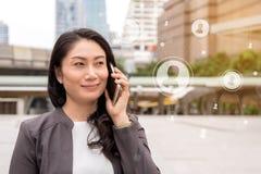 Έννοια επιχειρησιακής κοινωνική σύνδεσης: χρησιμοποίηση επιχειρηματιών κινητή Στοκ φωτογραφία με δικαίωμα ελεύθερης χρήσης
