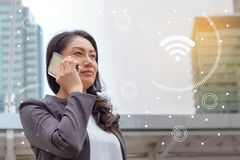 Έννοια επιχειρησιακής κοινωνική σύνδεσης: χρησιμοποίηση επιχειρηματιών κινητή Στοκ εικόνες με δικαίωμα ελεύθερης χρήσης
