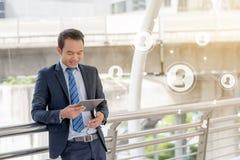 Έννοια επιχειρησιακής κοινωνική σύνδεσης: χρησιμοποίηση επιχειρηματιών κινητή Στοκ Φωτογραφίες