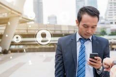 Έννοια επιχειρησιακής κοινωνική σύνδεσης: χρησιμοποίηση επιχειρηματιών κινητή Στοκ Εικόνα
