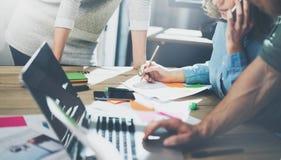 Έννοια επιχειρησιακής συνεδρίασης λογιστικής Νέο πλήρωμα επιχειρηματιών φωτογραφιών που εργάζεται με το νέο πρόγραμμα ξεκινήματος Στοκ φωτογραφία με δικαίωμα ελεύθερης χρήσης