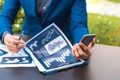 Έννοια επιχειρησιακής τεχνολογίας, έξυπνο phon χρήσης χεριών επιχειρηματιών Στοκ εικόνα με δικαίωμα ελεύθερης χρήσης