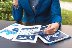 Έννοια επιχειρησιακής τεχνολογίας, έξυπνο phon χρήσης χεριών επιχειρηματιών Στοκ Εικόνα
