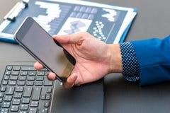 Έννοια επιχειρησιακής τεχνολογίας, έξυπνο phon χρήσης χεριών επιχειρηματιών Στοκ φωτογραφία με δικαίωμα ελεύθερης χρήσης