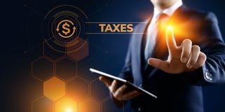 Έννοια επιχειρησιακής χρηματοδότησης φορολογικής πληρωμής φορολογικών εκθέσεων Επιχειρηματίας που δείχνει στην εικονική οθόνη στοκ φωτογραφία