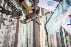 Έννοια επιχειρησιακών αποτυπώσεων, έννοια Εργατικής Ημέρας, πρακτικά εργαλεία, σφυρί, αγγελία Στοκ Εικόνες