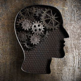 Έννοια εργασίας εγκεφάλου: εργαλεία και βαραίνω από το παλαιό μέταλλο στοκ φωτογραφία