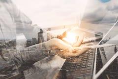 Έννοια εργασίας χεριών επιχειρηματιών Επαγγελματικός επενδυτής φωτογραφιών wo Στοκ φωτογραφία με δικαίωμα ελεύθερης χρήσης