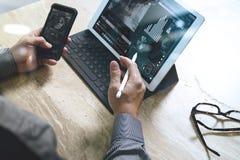 Έννοια εργασίας χεριών επιχειρηματιών Επαγγελματικός επενδυτής φωτογραφιών wo Στοκ Φωτογραφία
