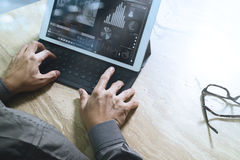 Έννοια εργασίας χεριών επιχειρηματιών Επαγγελματικός επενδυτής φωτογραφιών wo Στοκ Φωτογραφίες