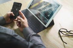 Έννοια εργασίας χεριών επιχειρηματιών Επαγγελματικός επενδυτής φωτογραφιών wo Στοκ εικόνες με δικαίωμα ελεύθερης χρήσης