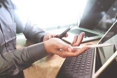 Έννοια εργασίας χεριών επιχειρηματιών Επαγγελματικός επενδυτής φωτογραφιών wo Στοκ Εικόνες