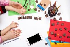 Έννοια εργασίας mom χέρια της μητέρας και του παιδιού στο λειτουργώντας γραφείο, ελεύθερου χώρου για το κείμενο Στοκ Εικόνες