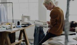 Έννοια ερευνητικών περιοδικών σχεδίου μόδας Στοκ Φωτογραφίες