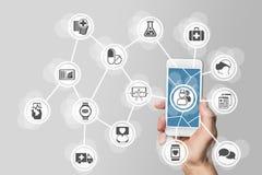 Έννοια ε-υγειονομικής περίθαλψης με το χέρι που κρατά το έξυπνο τηλέφωνο Στοκ Φωτογραφίες