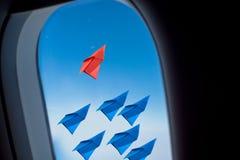 Έννοια ηγεσίας με το αεροπλάνο εγγράφου Άποψη από το αεροπλάνο παραθύρων Στοκ φωτογραφία με δικαίωμα ελεύθερης χρήσης