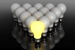 Έννοια ηγεσίας. Μια καμμένος λάμπα φωτός που στέκεται μπροστά από Στοκ Εικόνες