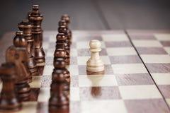 Έννοια ηγεσίας σκακιού στη σκακιέρα Στοκ Εικόνες