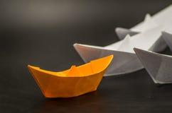 Έννοια ηγεσίας Τα σκάφη εγγράφου ακολουθούν τον ηγέτη Στοκ εικόνα με δικαίωμα ελεύθερης χρήσης