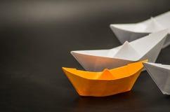 Έννοια ηγεσίας Τα σκάφη εγγράφου ακολουθούν τον ηγέτη Στοκ Εικόνα