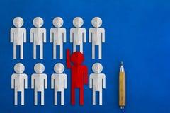 Έννοια ηγετών με το κόκκινο έγγραφο ατόμων που κόβεται στο μπλε υπόβαθρο Στοκ Εικόνα