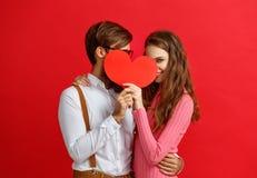 Έννοια ημέρας βαλεντίνων ` s ευτυχές νέο ζεύγος με την καρδιά, λουλούδια στοκ εικόνες