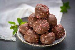 Έννοια ημέρας βαλεντίνων ` s, σοκολάτα profiteroles με τις ρόδινες καρδιές Στοκ εικόνες με δικαίωμα ελεύθερης χρήσης