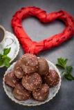 Έννοια ημέρας βαλεντίνων ` s, σοκολάτα profiteroles με τις ρόδινες καρδιές Στοκ φωτογραφίες με δικαίωμα ελεύθερης χρήσης