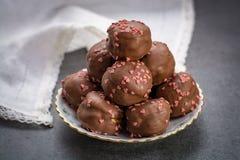 Έννοια ημέρας βαλεντίνων ` s, σοκολάτα profiteroles με τις ρόδινες καρδιές Στοκ Φωτογραφία