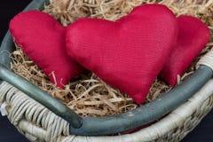 Έννοια ημέρας βαλεντίνου, κόκκινη καρδιά στο καλάθι Στοκ Φωτογραφίες