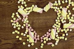 Έννοια ημέρας και αγάπης βαλεντίνων ` s στο ξύλινο υπόβαθρο Marshmallows που τοποθετούνται γλυκά στη μορφή καρδιών Στοκ φωτογραφία με δικαίωμα ελεύθερης χρήσης