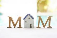 Έννοια ημέρας μητέρων ` s, ξύλινο κείμενο Μ με το εκλεκτής ποιότητας κεραμικό σπίτι ύφους Στοκ φωτογραφία με δικαίωμα ελεύθερης χρήσης